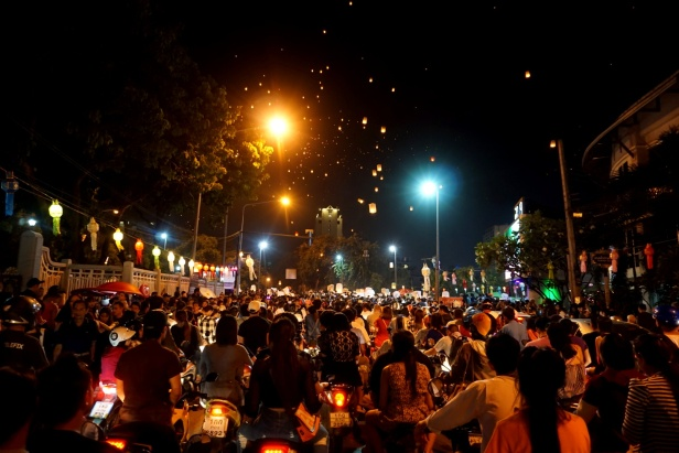 The crowd is watching the rising lantern